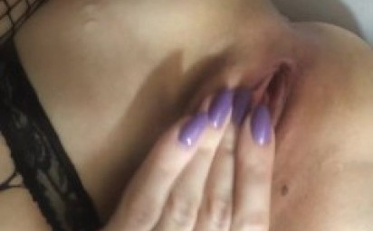 girl pisses close-up!!