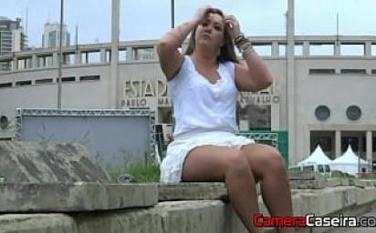 Loira Gostosa Toca uma Siririca em Público na frente do Estádio
