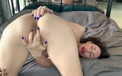 Hot MILF fucks herself with her fingers in a sweet ass